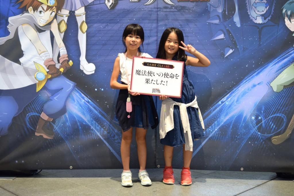 クリア後に記念撮影する(左)りんなちゃんと、(右)ひまりちゃん姉妹